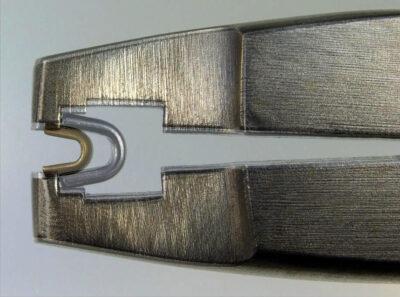 Großes und kleines Reißverschluss-Anfangsteil richtig platziert in Osborne-Zange (Fotomontage)