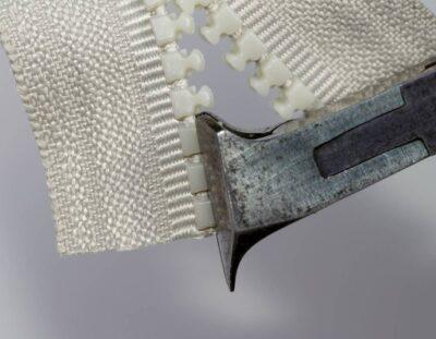 Überstehende Teile der Delrin-Zähne mittels Vornschneider abschneiden