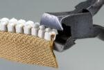 Frontschneiderzange zum Entfernen der Zähne vom Profilreißverschluss Delrin 9 angesetzt
