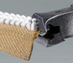 Zähne vom Plastik-Krampen-Reißverschluss Delrin 9 mit Zange abschneiden
