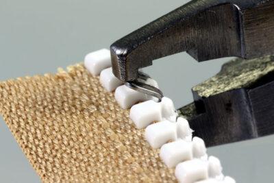 Edelstahl-Anfangsteil mit Osborne-Zange über Kunststoffzahn des Reißverschlusses Delrin 9 schieben